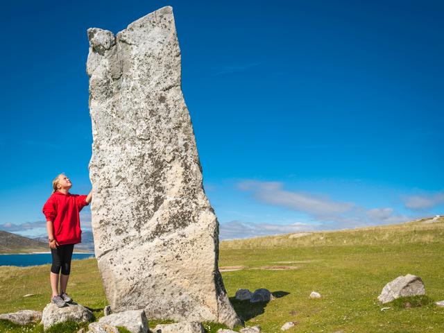 Schulfahrt England: Ausflug nach Stonehenge (Mädchen mit Stein)