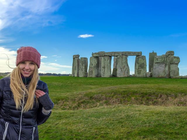 Schulfahrt England: Ausflug nach Stonehenge (Mädchen vor den Steinen)