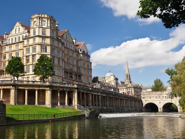 Kursfahrt England: Innenstadt am Fluss von Bath